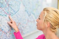 Mulher que aponta no mapa Fotografia de Stock