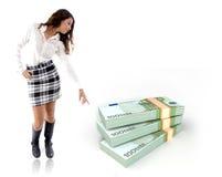 Mulher que aponta no pacote de notas Imagens de Stock