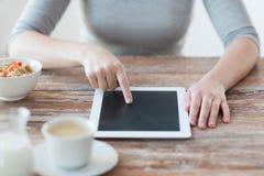 Mulher que aponta o dedo ao computador do PC da tabuleta Fotos de Stock Royalty Free