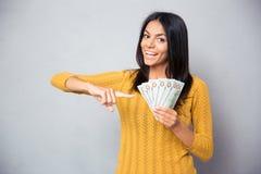 Mulher que aponta o dedo em notas de dólar Foto de Stock Royalty Free
