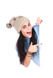 Mulher que aponta seu dedo no quadro de avisos branco fotografia de stock royalty free