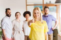Mulher que aponta a você sobre a equipe criativa do escritório Fotografia de Stock Royalty Free