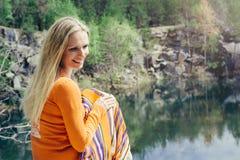 Mulher que aprecia a água azul do lago no penhasco alto no verão Fotos de Stock Royalty Free