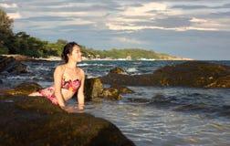 Mulher que aprecia a última luz do sol na água Imagens de Stock Royalty Free