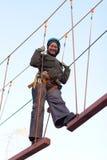 Mulher que aprecia a atividade em um parque da corda Fotos de Stock Royalty Free