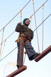 Mulher que aprecia a atividade em um parque da corda Fotografia de Stock