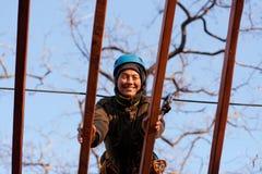 Mulher que aprecia a atividade em um parque da corda Imagens de Stock Royalty Free