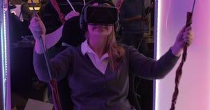 Mulher que aprecia a atração com vidros 3D vídeos de arquivo