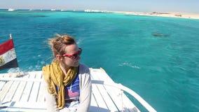 Mulher que aprecia em uma navigação do barco no Mar Vermelho, Egito filme