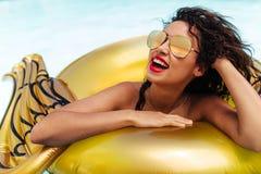 Mulher que aprecia em uma piscina foto de stock royalty free