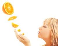 Mulher que aprecia a laranja Fotos de Stock Royalty Free