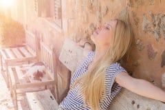 Mulher que aprecia a luz do sol fotos de stock royalty free