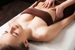 Mulher que aprecia a massagem do óleo de Ayurveda nos termas Fotografia de Stock