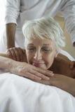 Mulher que aprecia a massagem do ombro Imagens de Stock
