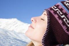 Mulher que aprecia a montanha Imagem de Stock