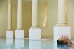 Mulher que aprecia na piscina imagem de stock