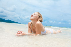 Mulher que aprecia na praia tropical Fotos de Stock
