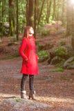 Mulher que aprecia o calor da luz solar do inverno apenas em um Forest Park Imagem de Stock Royalty Free