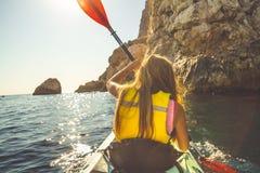 Mulher que aprecia o esporte de barco Imagens de Stock Royalty Free