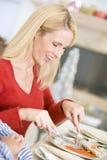 Mulher que aprecia o jantar do Natal imagens de stock royalty free
