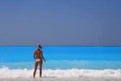 Mulher que aprecia o mar Ionian Imagem de Stock
