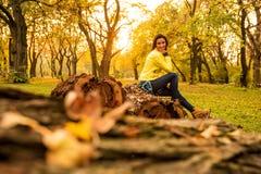 Mulher que aprecia o outono na floresta Imagens de Stock