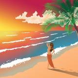 Mulher que aprecia o por do sol na Palm Beach Fotografia de Stock