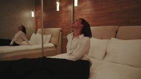 Mulher que aprecia o quarto acolhedor com o espelho grande em apartamentos alugados