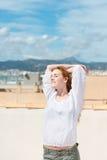 Mulher que aprecia o sol acima da cidade Imagem de Stock Royalty Free