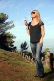 Mulher que aprecia o vinho fotografia de stock royalty free