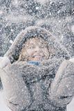 Mulher que aprecia a queda de neve foto de stock royalty free