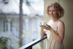Mulher que aprecia seu chá imagens de stock