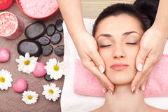 Mulher que aprecia uma massagem Fotos de Stock Royalty Free