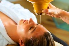 Mulher que aprecia uma massagem do petróleo de Ayurveda fotografia de stock