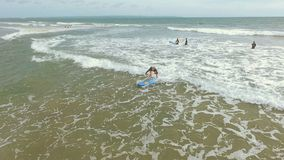 Mulher que aprende surfar na água pouco profunda filme