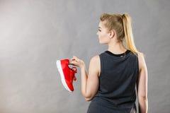 Mulher que apresenta a instrutores do sportswear sapatas imagens de stock royalty free