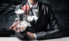 Mulher que apresenta o balão do voo à disposição Fotos de Stock