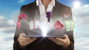 Mulher que apresenta o conceito da e-compra com tablet pc video estoque