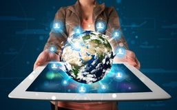 Mulher que apresenta o globo da terra 3d na tabuleta moderna Fotos de Stock Royalty Free