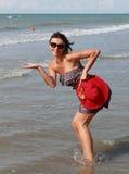 Mulher que apresenta o produto novo no mar Foto de Stock Royalty Free
