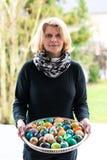 Mulher que apresenta ovos da páscoa Fotografia de Stock Royalty Free