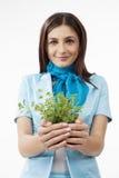 Mulher que apresenta plantas Imagem de Stock