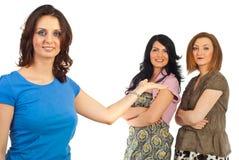 Mulher que apresenta seus amigos Foto de Stock