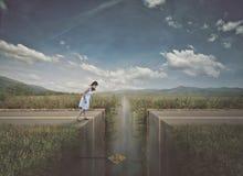 Mulher que aproxima a estrada quebrada fotografia de stock royalty free