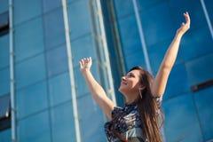 Mulher que aumenta as mãos imagem de stock royalty free