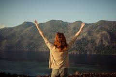 Mulher que aumenta seus braços sobre a montanha Imagens de Stock