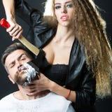 Mulher que barbeia o homem Fotos de Stock Royalty Free