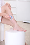 Mulher que barbeia seus pés Fotos de Stock Royalty Free