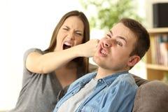 Mulher que bate seu noivo em casa foto de stock royalty free