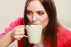 Mulher que bebe a bebida quente do café cafeína imagem de stock
